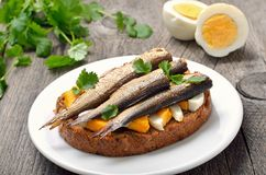 Сандвич с шпротинами и яичком Стоковые Фото