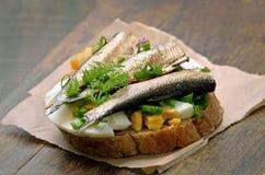Сандвич с шпротинами, яичком и зеленым луком Стоковые Изображения