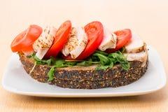 Сандвич цыпленка и томата открытый Стоковое Фото