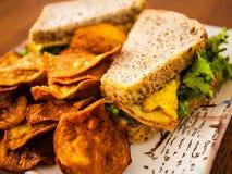 Сандвич яичка и домодельные обломоки Стоковые Фото