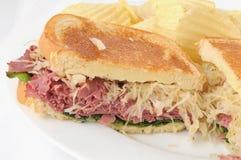 Сандвич Reuben на светлой рожи Стоковые Фото