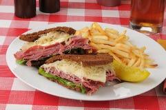 Сандвич Reuben с fries Стоковые Изображения