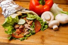 Сандвич Shawarma - свежий крен тонкого хлеба пита lavash заполнил с зажаренным мясом, грибами, сыром, капустой, морковами, соусом Стоковое Изображение