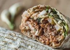 Сандвич Shawarma, kebab doner, гироскоп на деревянном столе Стоковые Фото