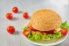 Сандвич Veggie с салатом, кольцами лука украшенными с свежими томатами вишни на серой конкретной предпосылке с космосом бесплатно Стоковые Фото