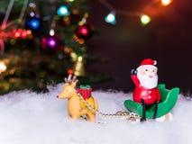 Сани Санта Клаус зеленого цвета волочения северного оленя сидят дальше жестикулируют ваша рука Стоковое Фото