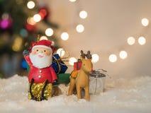Сани Санта Клаус зеленого цвета волочения северного оленя сидят на коробке жестикулируют ваша рука Стоковое Изображение RF