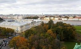 Санкт-Петербург в осени с президентской библиотекой Бориса Ельцина и красочными деревьями и рекой Neva стоковые фото