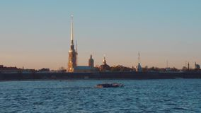 Санкт-Петербург Заход солнца на реке Neva акции видеоматериалы