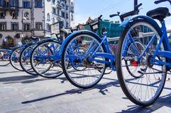 Санкт-Петербург Лето 2016 Автостоянка велосипеда на улице Стоковое Изображение