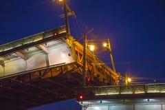 Санкт-Петербург, наводить моста на ноче, drawbridge на реке Neva на белых ночах стоковые изображения