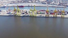 САНКТ-ПЕТЕРБУРГ, РОССИЯ - апрель 2015, вид с воздуха к морскому порту Санкт-Петербурга коммерчески сток-видео