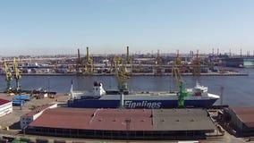 САНКТ-ПЕТЕРБУРГ, РОССИЯ - апрель 2015, вид с воздуха к морскому порту Санкт-Петербурга коммерчески акции видеоматериалы