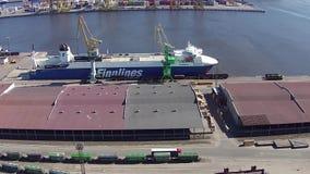 САНКТ-ПЕТЕРБУРГ, РОССИЯ - апрель 2015, вид с воздуха к морскому порту Санкт-Петербурга коммерчески видеоматериал