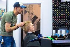 Санкт-Петербург Россия 11 09 2018 мастер волос делают вводить волосы в моду клиента стоковая фотография rf