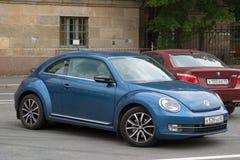 Санкт-Петербург, Россия - 25-ое августа 2018: Volkswagen Beetle третьего поколения 2011 припарковано в центре города Взгляд со ст стоковая фотография rf