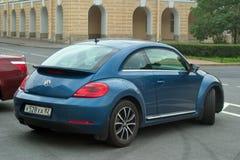Санкт-Петербург, Россия - 25-ое августа 2018: Volkswagen Beetle третьего поколения 2011 припарковано в центре города изолированна стоковое фото rf