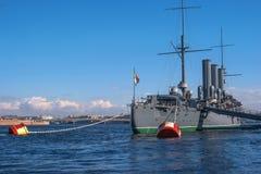 Санкт-Петербург, Россия 28-ое апреля 2018: Рассвет крейсера Взгляд от кормки корабля Корабль причален на стоковые фото