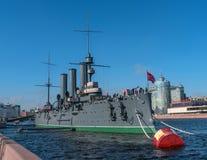 Санкт-Петербург, Россия 28-ое апреля 2018: Рассвет крейсера Корабль причален на обваловке Petrogradskaya и a стоковое фото
