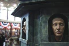САНКТ-ПЕТЕРБУРГ, РОССИЯ - 27-ОЕ АПРЕЛЯ 2019: стена в виске много-лицего бога, игра много мертвой сторон тронов стоковая фотография rf