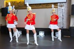 Санкт-Петербург, Россия - 15-ое декабря 2017: Девушки в красных формах с танцем барабанчиков Стоковые Фотографии RF