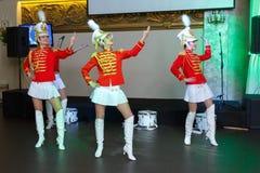 Санкт-Петербург, Россия - 15-ое декабря 2017: Девушки в красных формах с танцем барабанчиков Стоковое фото RF