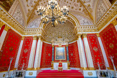 САНКТ-ПЕТЕРБУРГ, РОССИЯ - 11-ОЕ ИЮЛЯ 2015: Комната трона Стоковые Фото