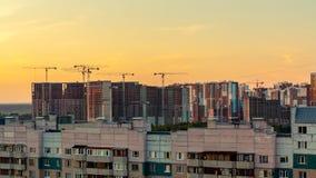 Санкт-Петербург, Россия - 24-ое июля 2018: Ландшафт города - многоэтажные здания на окраинах города на заходе солнца стоковая фотография