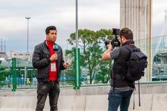 Санкт-Петербург, Россия - 10-ое июля 2018: Репортеры ТВ сообщать в реальном маштабе времени от моста яхты перед футбольным матчем стоковые фото
