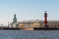 Санкт-Петербург, Россия - 4-ое июня 2017 взгляд стрелки острова Vasilyevsky от реки Neva Стоковые Фотографии RF