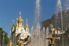 Санкт-Петербург, Россия - 28-ое июня 2017: каскад фонтанов в Peterhof в Санкт-Петербурге Петербурге Стоковые Фото