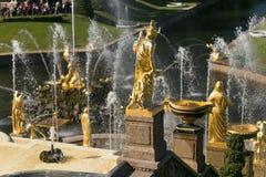 Санкт-Петербург, Россия - 28-ое июня 2017: каскад фонтанов в Peterhof в Санкт-Петербурге Петербурге Стоковые Изображения RF