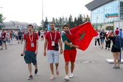 САНКТ-ПЕТЕРБУРГ, РОССИЯ - 15-ОЕ ИЮНЯ 2018: Морокканские вентиляторы перед спичкой Марокко - Ираном на кубке мира 2018 ФИФА в Росс Стоковое Изображение