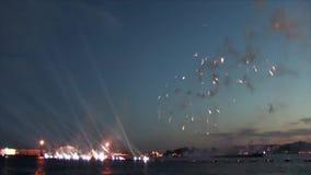 Санкт-Петербург, Россия, 20-ое июня 2013: Фейерверки на шарлахе плавают фестиваль в честь студент-выпускников школ видеоматериал