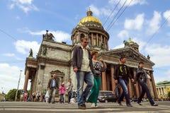САНКТ-ПЕТЕРБУРГ, РОССИЯ 14-ОЕ ИЮНЯ Crosswalk около Cathed St Исаак Стоковое Изображение RF
