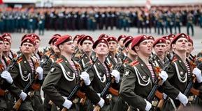САНКТ-ПЕТЕРБУРГ, РОССИЯ - 9-ОЕ МАЯ: Воинский парад победы Стоковое Изображение