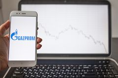 САНКТ-ПЕТЕРБУРГ, РОССИЯ - 14-ОЕ МАЯ 2019: логотип русской компании Газпрома на предпосылке графиков состояния запасов стоковые фото