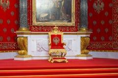 Санкт-Петербург, Россия - 12-ое мая 2017: Малая комната трона Зимнего дворца, также известная как Питер большой мемориальный Hall Стоковая Фотография RF
