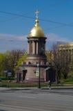 САНКТ-ПЕТЕРБУРГ, РОССИЯ - 10-ОЕ МАЯ 2014: меньшая православная церков церковь круглого купола на дороге Стоковые Фото