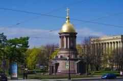 САНКТ-ПЕТЕРБУРГ, РОССИЯ - 10-ОЕ МАЯ 2014: меньшая православная церков церковь круглого купола на дороге Стоковые Изображения RF