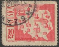 Санкт-Петербург, Россия - 27-ое ноября 2018: Печать почтового сбора напечатанная в Польше с изображением туристской карты, около стоковая фотография rf