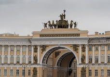 Санкт-Петербург, Россия - 10-ое сентября 2017: Здание генерального штаба в Санкт-Петербурге triumphal paris ландшафта дня города  Стоковые Изображения
