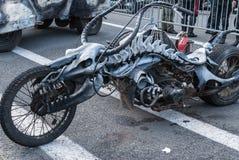 Санкт-Петербург, Россия - 25-ое сентября 2017: Уникально домодельный мотоцикл на выставке в Санкт-Петербурге Закрывать bi Стоковое Изображение