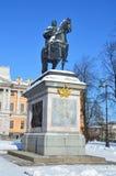 Санкт-Петербург, Россия, 22-ое февраля 2018 Памятник к императору Питеру большой около замка Mikhailovsky Стоковое фото RF