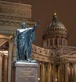 Санкт-Петербург, Россия - 22-ое января 2018: Памятник к маршалу Kutuzov перед собором Казани Фото ночи стоковое фото
