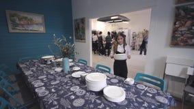 Санкт-Петербург, Россия - 5-ое января 2019: Сервировка стола, столовый прибор, медленный слайдер сняла видеоматериал
