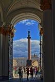 Санкт-Петербург, Россия - парадный вход 14-ОЕ АВГУСТА 2016 и ворота во двор  обители стоковое фото rf