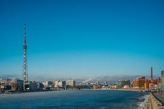 Санкт-Петербург, Россия, 03/05/2017 - промышленный взгляд зимы с замороженным рекой Neva Стоковые Изображения RF