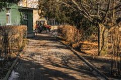 Санкт-Петербург, Россия, 03/15/2017 - работа трактора мини в ботаническом саде Стоковое Изображение