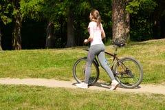 Санкт-Петербург Россия 06 2018 Резвиться привлекательный велосипед колес девушки стоковое изображение